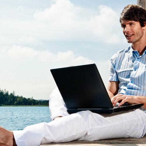 Junger Mann im World Wide Web